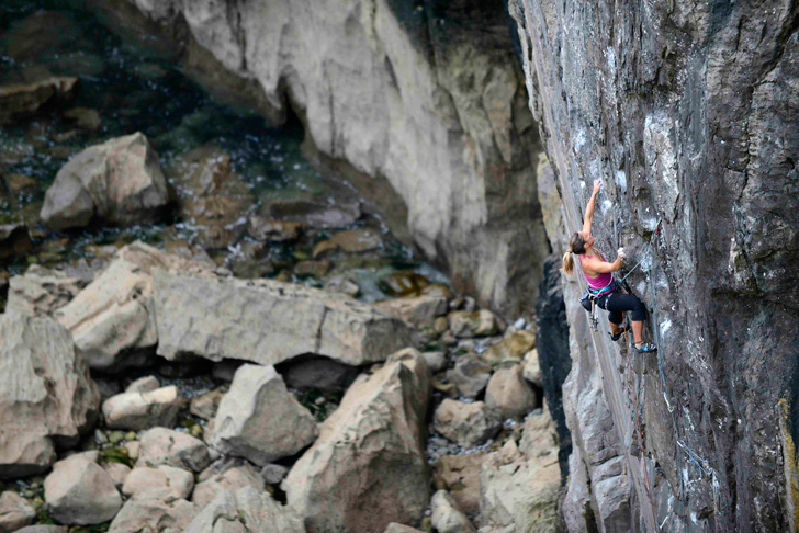 Lucy at the start of the traverse on Point Blank (E8). © Tim Glasby